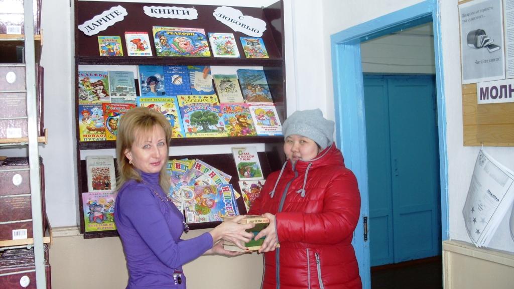 Библиотекарь познакомила детей с книгами, из которых они узнают об опасностях, подстерегающих нас на улице